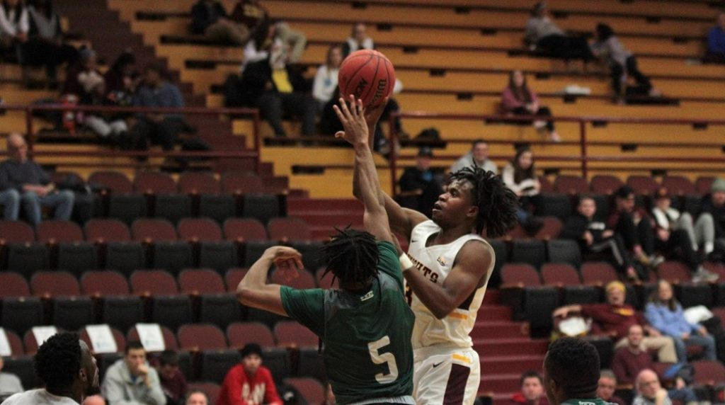 Men's basketball splits two games