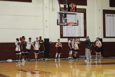 Head coach Kelvin Jefferson speaks to the men's basketball team at practice on Oct. 26.